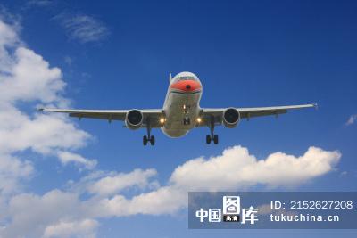 天空中飞翔的飞机 图片