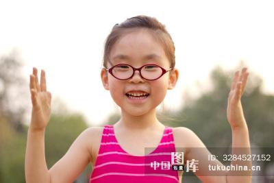 一个可爱的小女孩做手势
