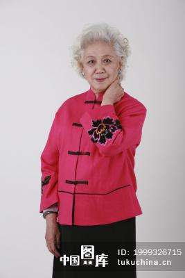一位白发苍苍的老奶奶