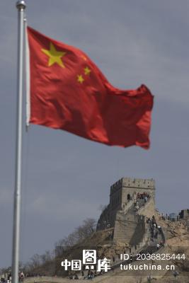 长城与飘扬的中国国旗
